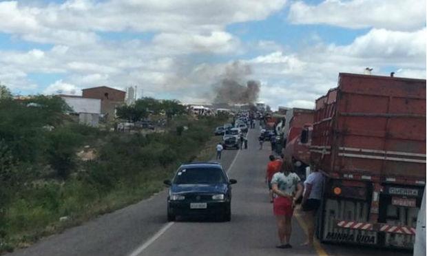 Romeiros protestam na BR-232 em Cruzeiro do Nordeste, em Sertânia