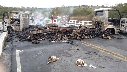Bandidos ateiam fogo a caminhões e explodem agências bancárias em Correntes