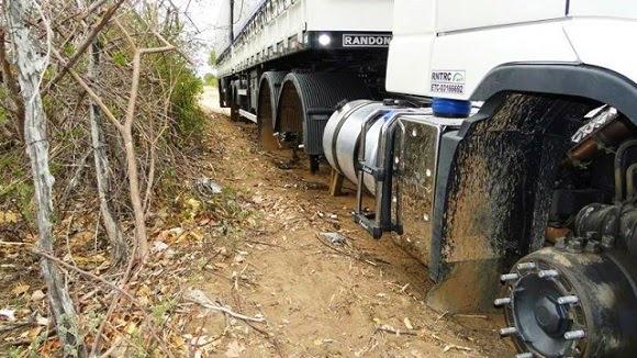 Assaltantes abordam motoristas de carreta e roubam pneus dos veículos em Ibimirim