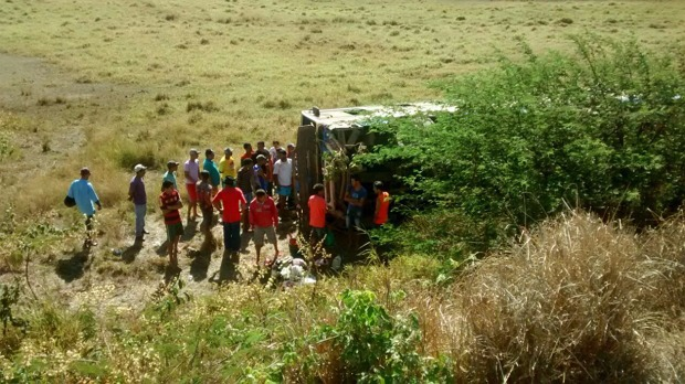 Ônibus de romeiros tomba no Agreste e deixa 26 feridos