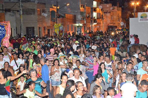 Madalena acompanha troça do Zé Pereira com milhares de foliões até o Bandeirante